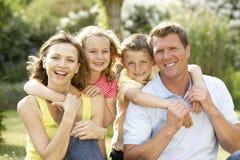 Família que tem o divertimento no campo fotografia de stock