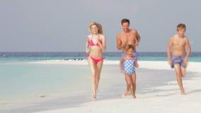 Família que tem o divertimento no feriado da praia vídeos de arquivo