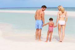 Família que tem o divertimento no mar no feriado da praia Foto de Stock