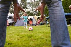 Família que tem o fósforo de futebol no feriado de acampamento Fotos de Stock Royalty Free