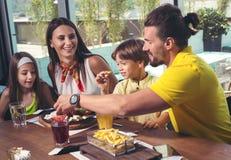 Família que tem o grande tempo em um restaurante imagens de stock