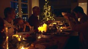 Família que tem o jantar do Natal junto vídeos de arquivo
