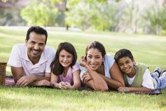Família que tem o piquenique Fotografia de Stock