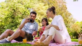 Família que tem o piquenique e que toma o selfie no parque video estoque