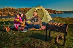 Família que tem o resto exterior Fotografia de Stock