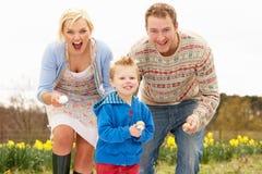 Família que tem a raça do ovo e da colher Fotografia de Stock Royalty Free