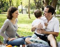 Família que tem um piquenique no parque foto de stock royalty free