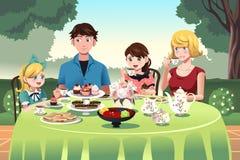 Família que tem um tea party junto Imagem de Stock Royalty Free