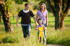 Família que tem uma caminhada ao ar livre no verão Imagens de Stock
