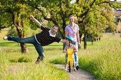 Família que tem uma caminhada ao ar livre no verão Imagens de Stock Royalty Free