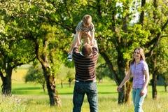 Família que tem uma caminhada ao ar livre no verão Imagem de Stock Royalty Free