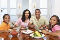 Família que tem uma refeição em casa foto de stock royalty free