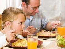 Família que tem uma refeição junto Fotografia de Stock