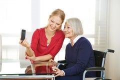 Família que toma o selfie com smartphone Fotos de Stock Royalty Free