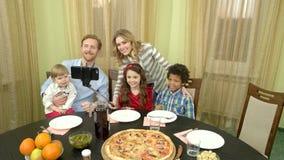 Família que toma o selfie, tabela de jantar video estoque