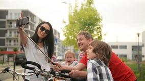 Família que toma Seflie após uma viagem comum em bicicletas Têm um feriado ativo este fim de semana filme