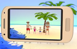 Família que toma uma imagem na praia Imagem de Stock Royalty Free