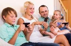 Família que trabalha com smartphones Imagem de Stock Royalty Free