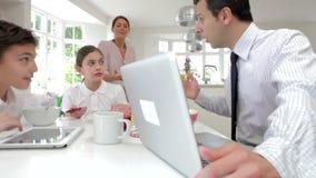 Família que usa dispositivos de Digitas na tabela de café da manhã filme