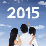 Família que vê os números 2015 no céu Imagens de Stock Royalty Free