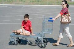 Família que vai para uma compra do fim de semana Imagens de Stock
