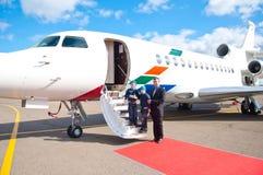 Família que viaja pelo avião comercial Fotografia de Stock Royalty Free