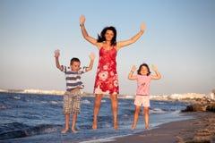 A família rasteja sobre imagens de stock royalty free