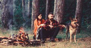 A família relaxa o conceito Pares no amor ou na família feliz nova foto de stock