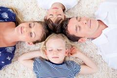 Família Relaxed que encontra-se no círculo Imagem de Stock Royalty Free
