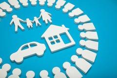 Família rica com casa e carro imagens de stock royalty free