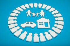Família rica com dinheiro, casa e carro imagem de stock royalty free