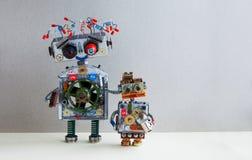 Família robótico Penteado grande do fio bonde do robô, braço da tomada Cyborg pequeno da criança com o brinquedo do bulbo de lâmp imagem de stock royalty free
