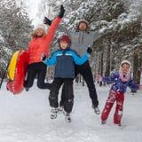 A família salta ao andar no inverno imagem de stock royalty free