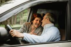 Família superior feliz dentro do carro novo fotos de stock