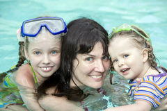 A família tem o descanso na piscina. Imagens de Stock Royalty Free