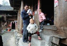 Família tradicional pobre na vila velha em Guizhou, China Fotografia de Stock Royalty Free