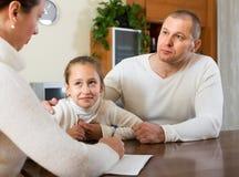 Família triste que tem problemas financeiros imagens de stock