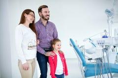 A família visita o dentista no escritório dental imagem de stock