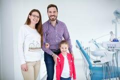 A família visita o dentista no escritório dental imagens de stock