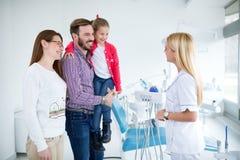 A família visita o dentista no escritório dental foto de stock royalty free