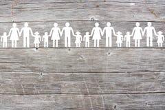 Famílias brancas de papel no fundo de madeira foto de stock royalty free