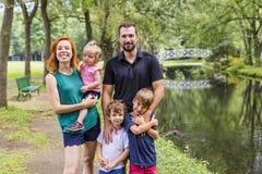 Famílias com crianças perto de um waterscape foto de stock royalty free