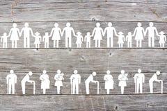 Famílias e conceito social fraco do bem-estar das categorias no fundo de madeira imagens de stock