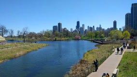 Famílias e pares que dão uma volta através de Lincoln Park, Chicago, EUA