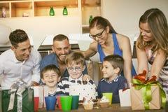 Famílias felizes com as crianças que comemoram em torno de um bolo para um aniversário fotos de stock royalty free