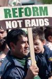 Famílias imigrantes no março fotografia de stock royalty free
