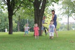 Famílias, mães e bebês no parque natural verde urbano fotografia de stock
