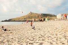 Famílias na praia em Porthmeor. imagem de stock royalty free