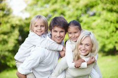 Famílias novas com crianças ao ar livre Fotografia de Stock Royalty Free