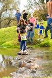 Famílias novas em um piquenique do parque imagens de stock royalty free